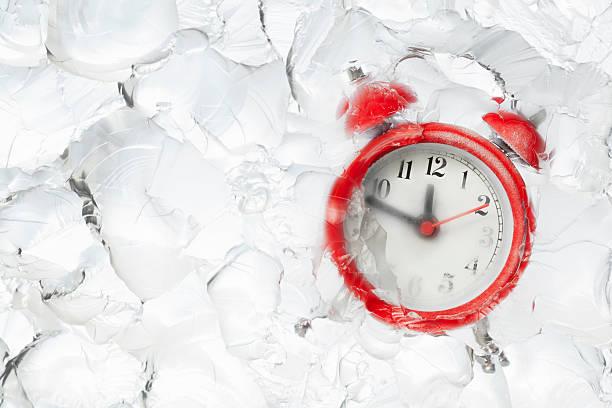 Einfrieren Zeit Wecker in Eisblock – Foto