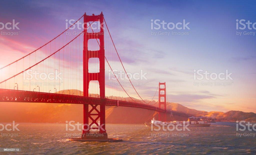 Towarowy statek towarowy pływający pod mostem Golden Gate - Zbiór zdjęć royalty-free (Most Golden Gate)