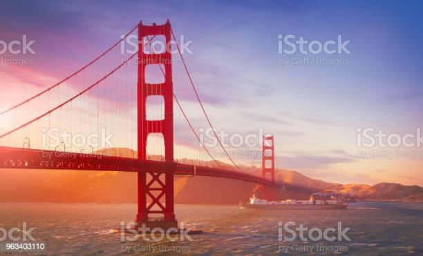 Towarowy Statek Towarowy Pływający Pod Mostem Golden Gate - zdjęcia stockowe i więcej obrazów Most Golden Gate