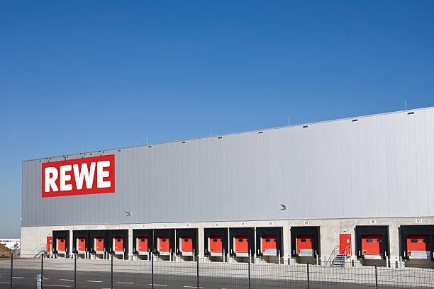 rewe fracht vertrieb hub, logistikzentrum - rewe germany stock-fotos und bilder