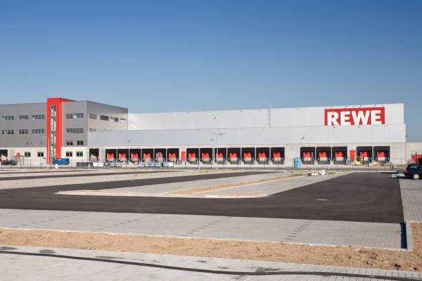 rewe fracht vertrieb hub, logistikzentrum - rewe supermarket stock-fotos und bilder
