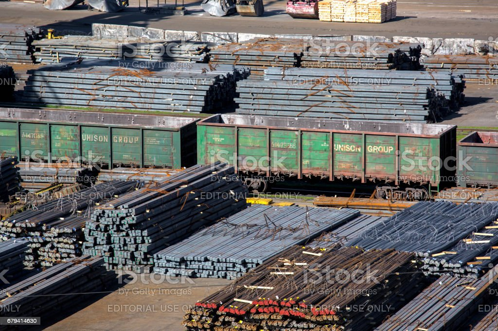 freight railway cars brought to the port on loading metallurgy products to the zhelezena of a product. photo libre de droits