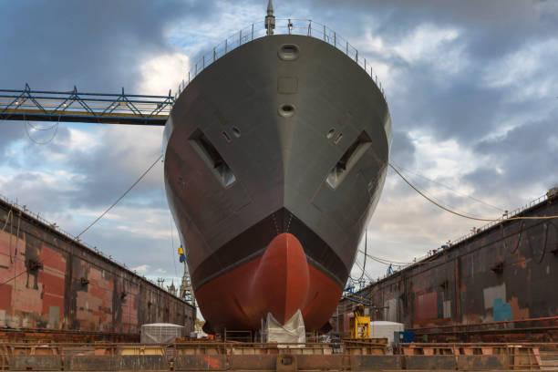 Güterschiff auf der Werft zur Verschönerung – Foto