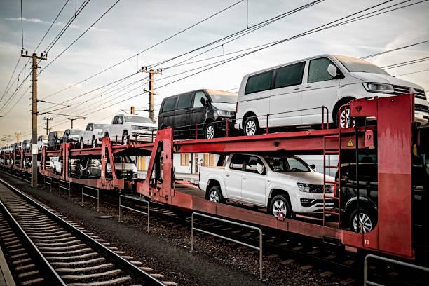 güterzug mit vielen autos - autotransporter stock-fotos und bilder