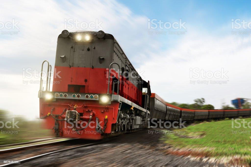 Güterzug-Lokomotive mit Cargo trägt - Lizenzfrei Bahngleis Stock-Foto