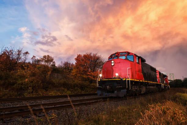 güterzug-sonnenuntergang - lokomotive stock-fotos und bilder