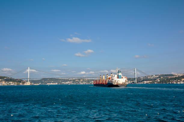 İstanbul Boğazı'ndan Karadeniz'e giden yük gemisi stok fotoğrafı