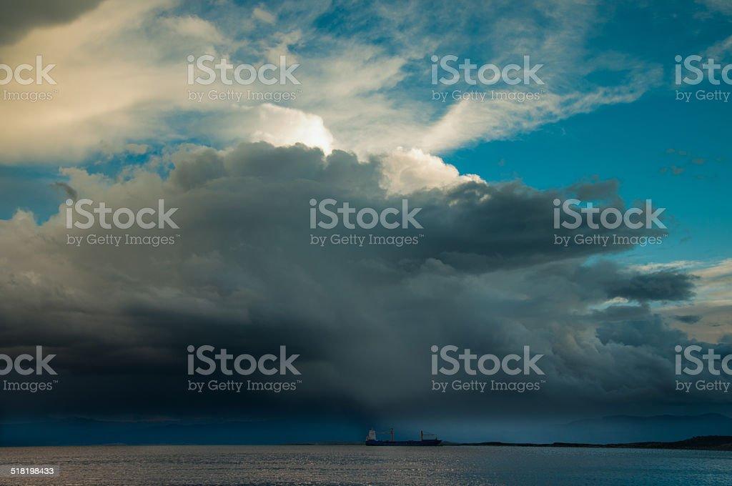 Carguero con gran tormenta sobre ella - foto de stock