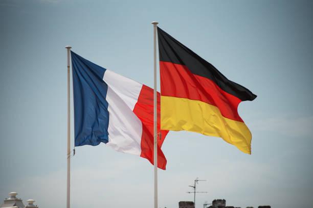 drapeaux français et allemands agitant ensemble - france photos et images de collection