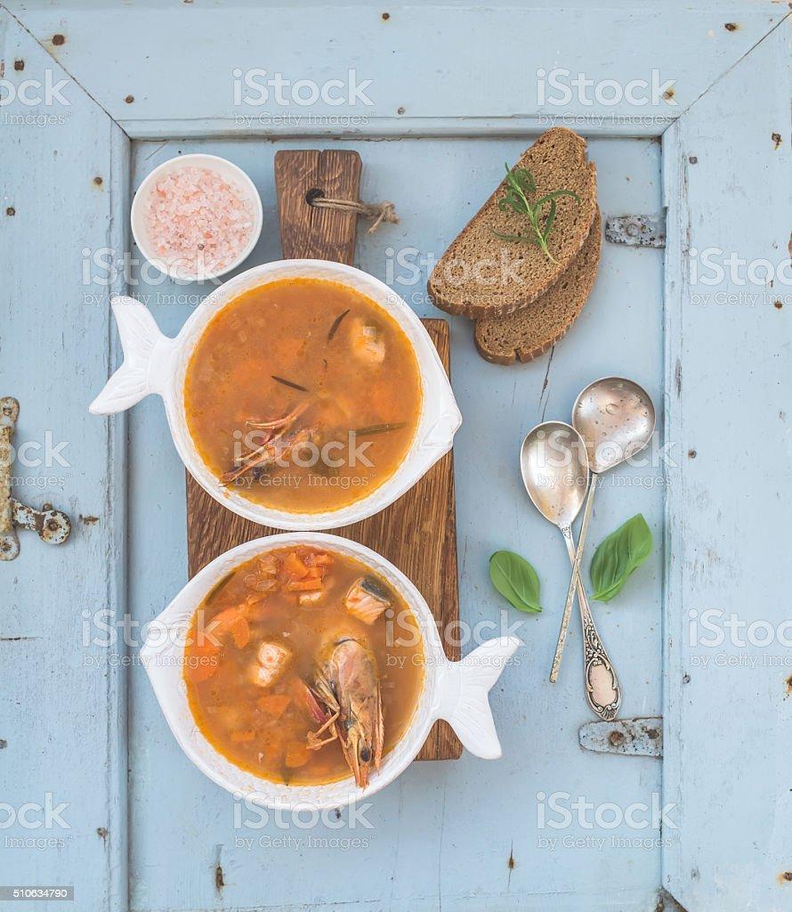 Französische Bouillabaisse Fisch Tomatensuppe mit Lachsfilet, Garnelen und – Foto
