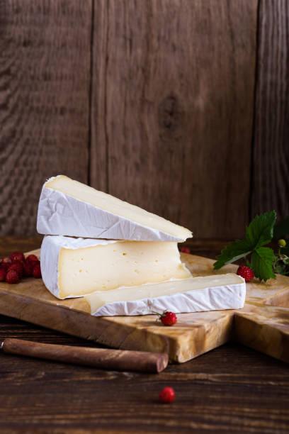 Französischer Brie Käse, Walderdbeeren und weißen lila wilde blumeblumenstrauß – Foto
