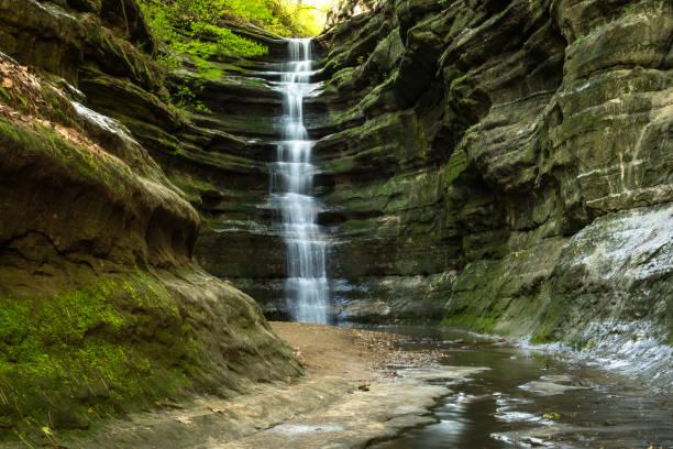 french canyon, parque estatal de la roca hambrienta, illinois. - illinois fotografías e imágenes de stock