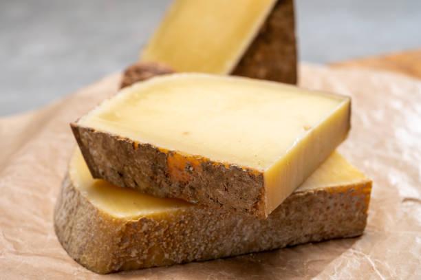 french cheese comte, three varieties 1 year matured prestige, fruity flavoured fruite and vieille reserve - ser comte zdjęcia i obrazy z banku zdjęć