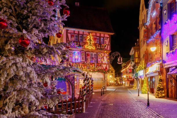 französische stadt colmar an heiligabend - französisches haus dekor stock-fotos und bilder