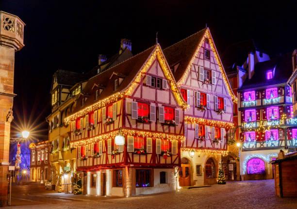 französische stadt colmar an heiligabend. - französisches haus dekor stock-fotos und bilder