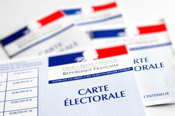 électeur électoral français cartes officielles du gouvernement permettant de voter gros plan papier placé sur une table lumineuse blanche - carte de france photos et images de collection