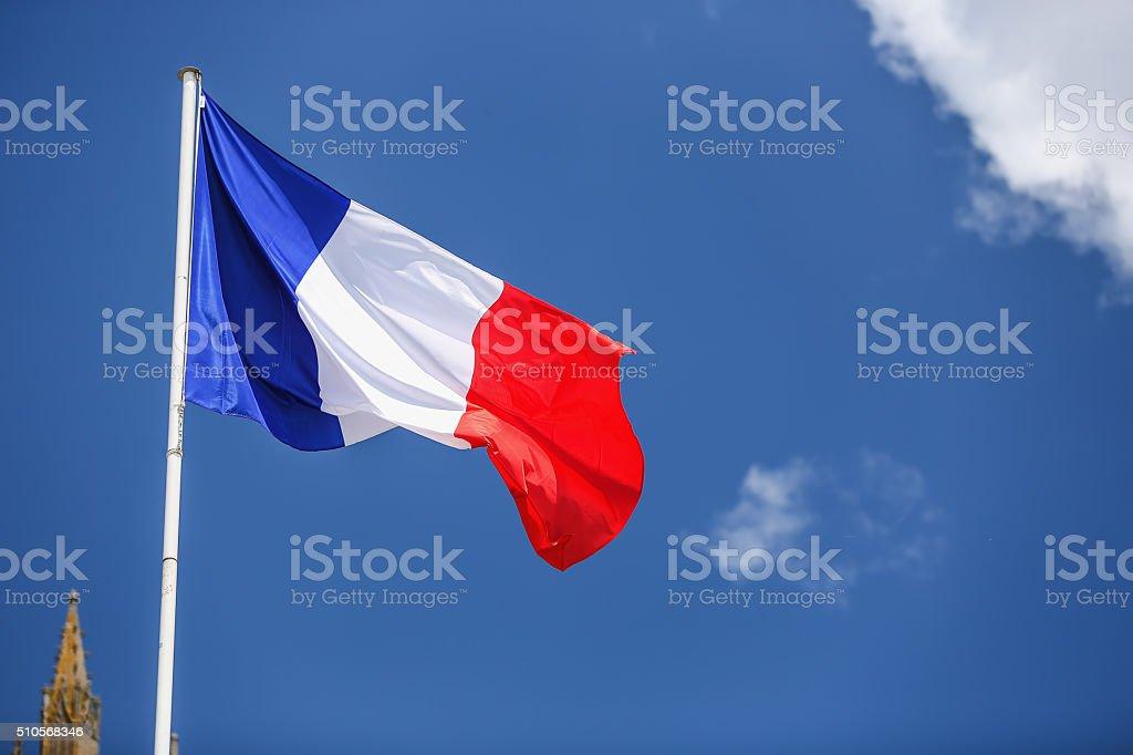 Drapeau français contre bleu ciel nuageux. - Photo