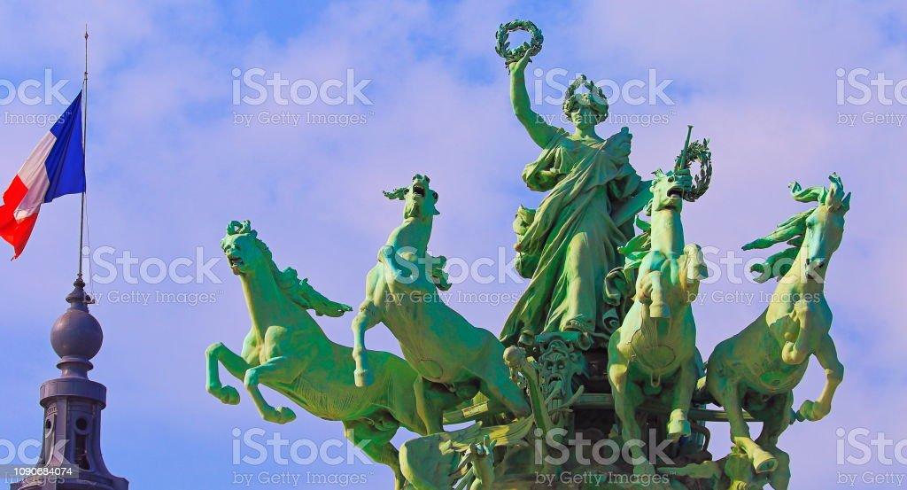 Bandeira francesa e detalhe do Chariot de Pont Alexandre III ao nascer do sol – Paris, França - foto de acervo