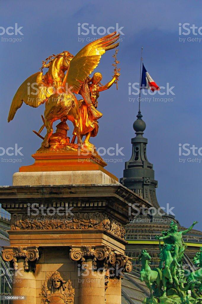 Bandeira francesa e guerreiro com espada, detalhe de Pont Alexandre III-Paris, França - foto de acervo