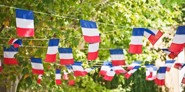 Français drapeau garland décorer un village square - Photo