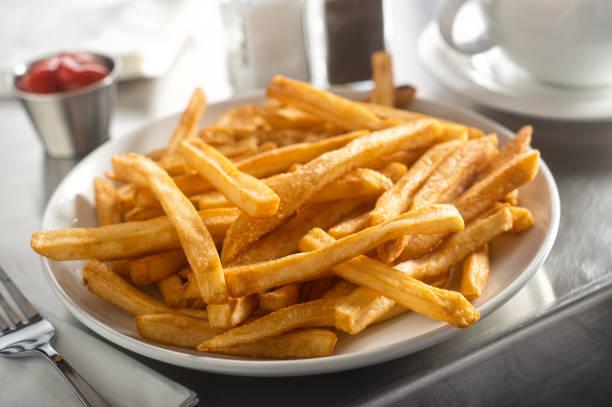 franse frietjes in een diner - patat stockfoto's en -beelden