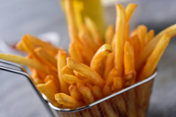 franse frietjes in een metalen mand - patat stockfoto's en -beelden