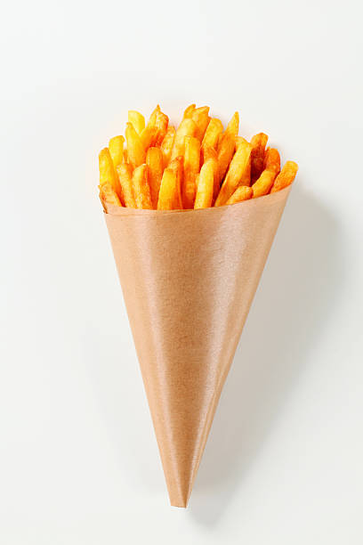 french fries in a paper cone - patat stockfoto's en -beelden