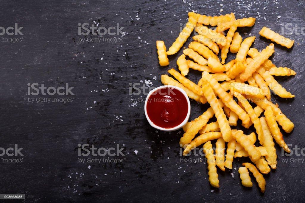 Français des frites avec du ketchup sur tableau noir photo libre de droits