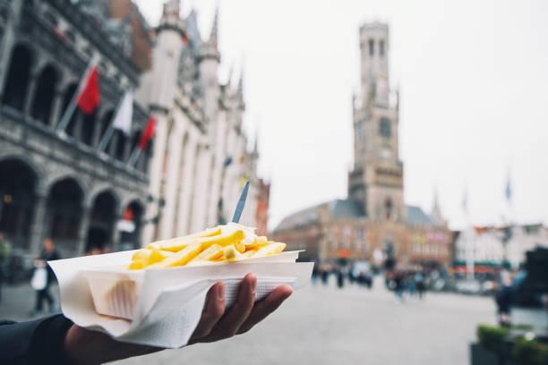papas fritas con mayonesa en el fondo de las calles turísticas de la ciudad de brujas bélgica. - bélgica fotografías e imágenes de stock