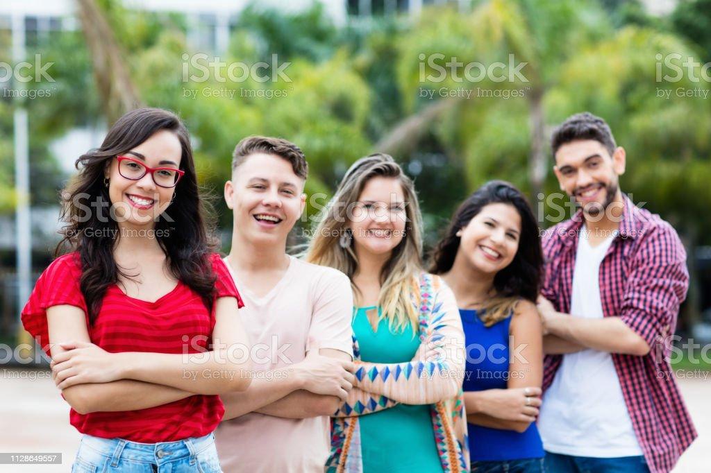Chica francesa con jóvenes hombres y mujeres en línea - foto de stock
