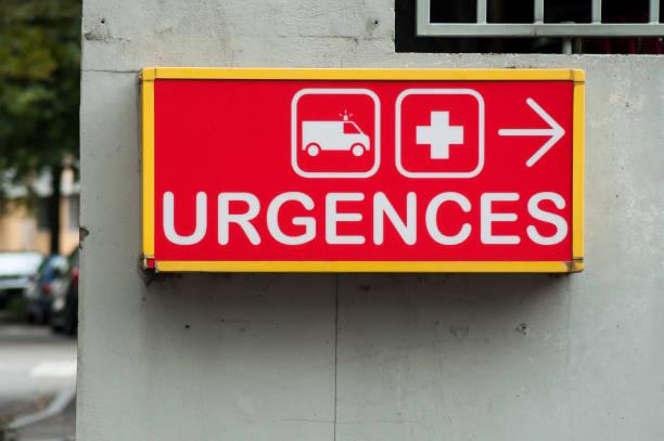 französischen krankenhaus notfall eintritt schild mit text in französisch (urgences) - was bringt unglück stock-fotos und bilder