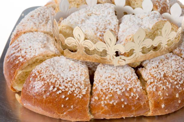 gâteau de roi français, gâteau du roi - galette des rois photos et images de collection