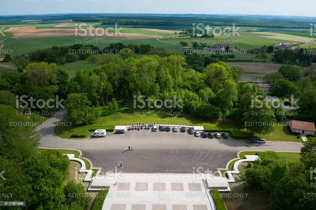 F Krajobraz z Pomnik na szczycie Montfaucon Amerykański – zdjęcie
