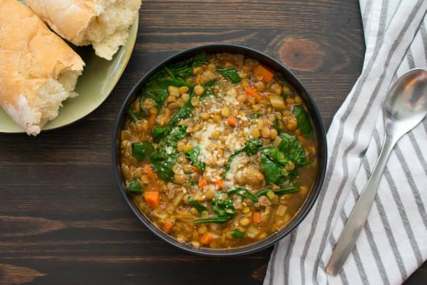 französische linsen und spinat-suppe - spinatsuppe stock-fotos und bilder