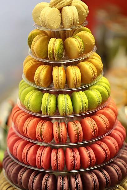 französisch makronen auf kuchenstand - pyramide sammlung stock-fotos und bilder