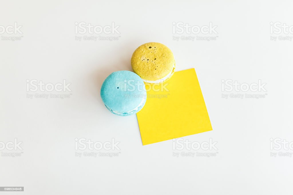 French macaroons and yellow sticker on a white background photo libre de droits
