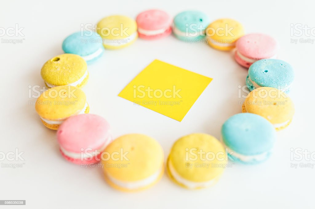French macaroons laid out in a circle shape on white photo libre de droits