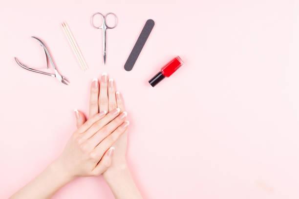 French Maniküre auf rosa Hintergrund – Foto