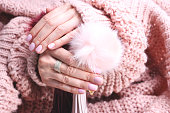 フレンチ マニキュア、ピンクの爪。