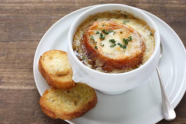 francese zuppa di cipolle cibo gratinato - aglio alliacee foto e immagini stock