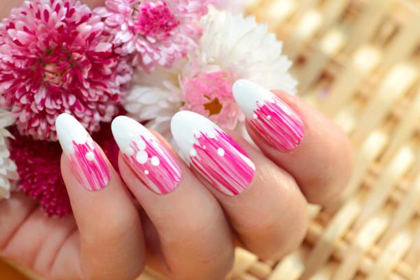 französische ovale maniküre mit einem gestreiften farbverlauf in rosa tönen. - gelnägel stock-fotos und bilder