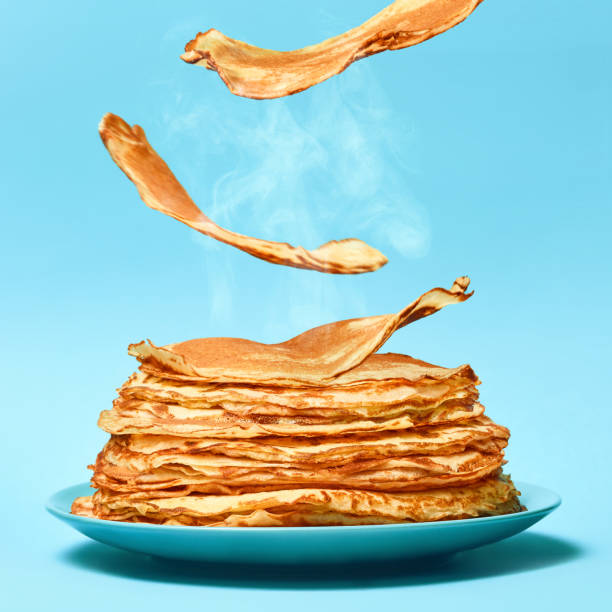フランスのパンケーキは青い背景に飛んでいます。 - パンケーキ ストックフォトと画像