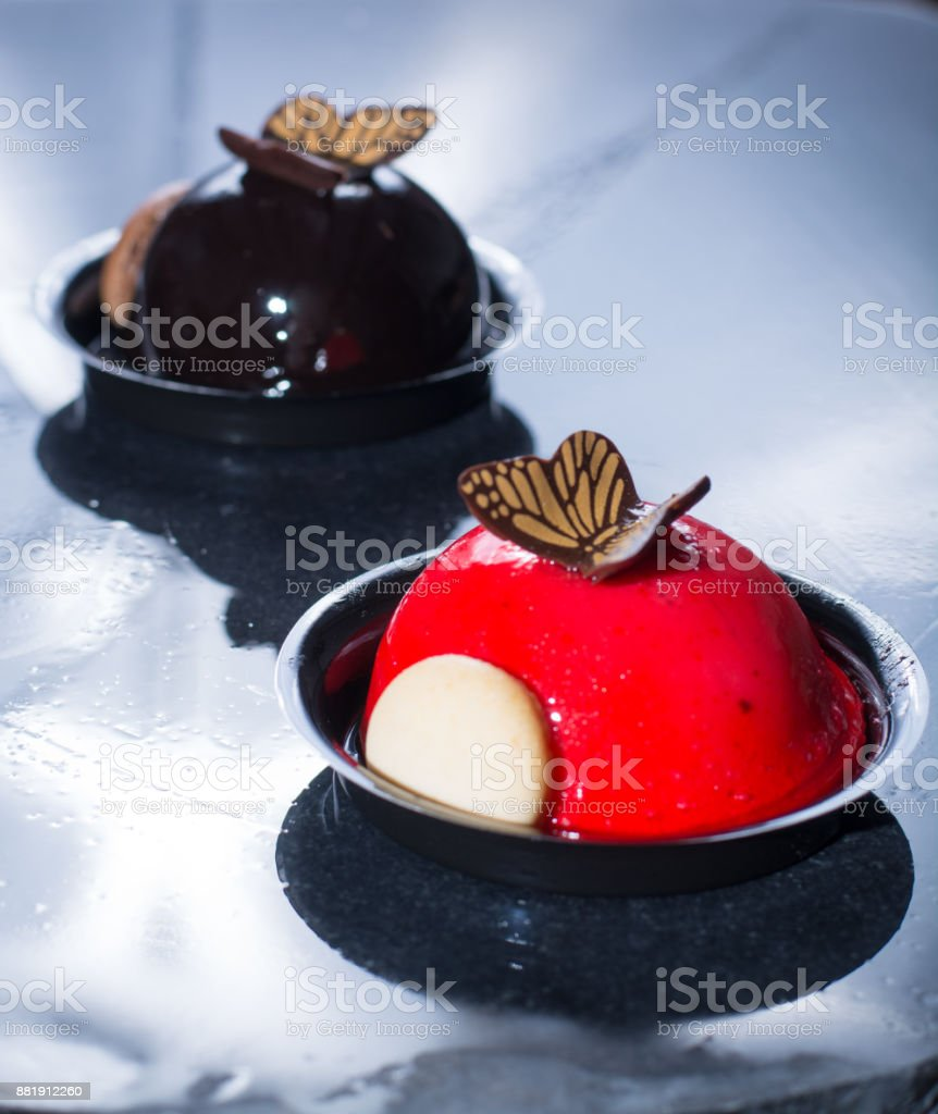 French pastry small ball cakes made with fresh strauberry and truffel creme. - fotografia de stock