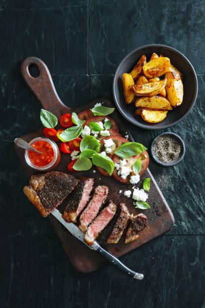 フランス語コショウのステーキ (ステーキとじゃがいも) - フランス料理 ストックフォトと画像