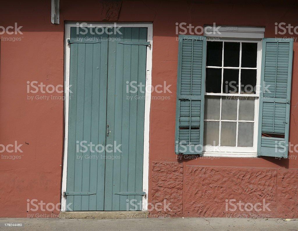 французская четверть красочные двери и окна стоковые