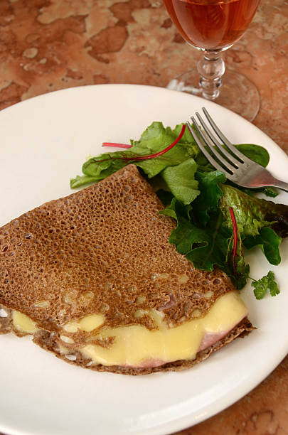 französische sarrasin galette oder buchweizen-crèpe mit schinken und käse - buchweizenpfannkuchen stock-fotos und bilder