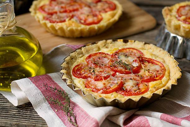 french savoury pie quiche with cottage cheese and tomatoes - ofengemüse mit feta stock-fotos und bilder