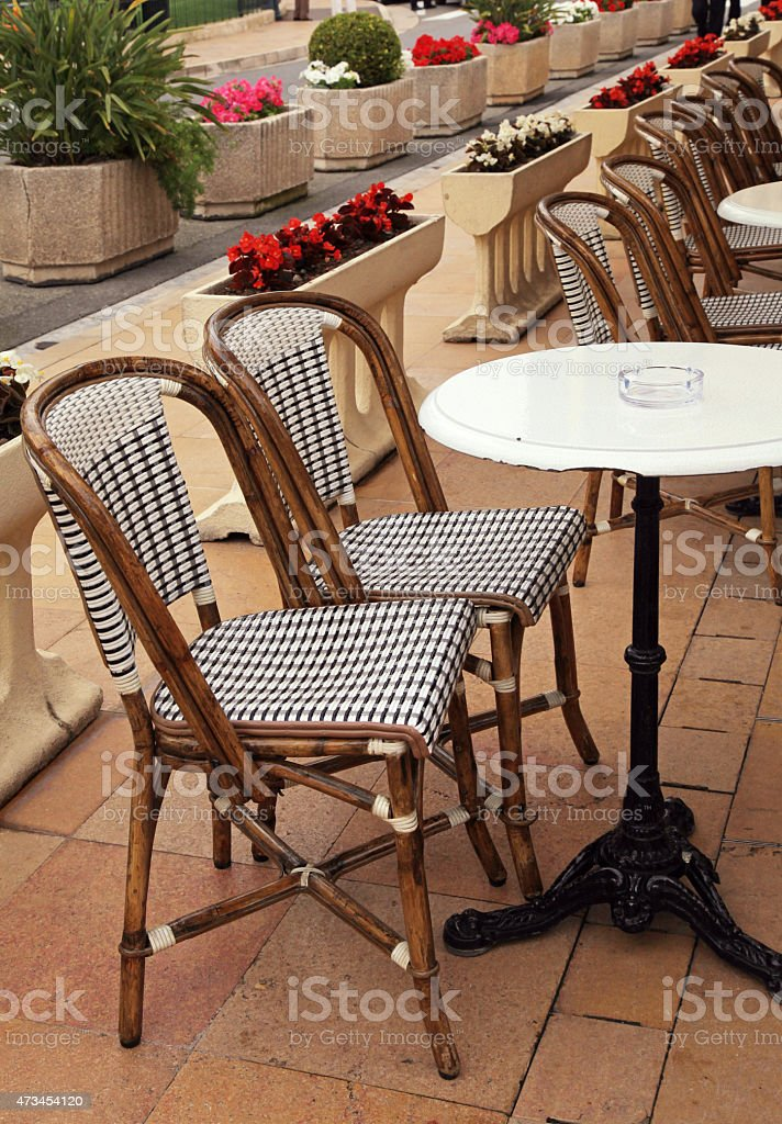 Francuski Ogródek Kawiarniany Z Małe Okrągłe Stoliki Krzesła