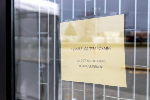 Französisches Schild im Einzelhandelsgeschäft wegen Covid-19-Krise geschlossen – Foto