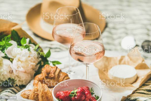French style summer picnic setting and outdoor gathering concept picture id838578618?b=1&k=6&m=838578618&s=612x612&h=q2nfkohmyu8ayebv1glcyoyzsmswl0sh085ohxggvh8=